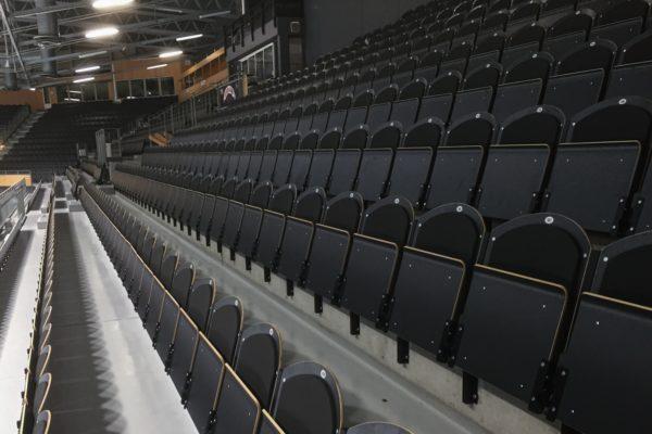 Läktarstolen Stadion Comfort i en idrottsarena